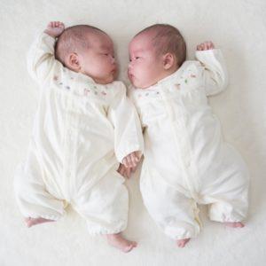 双子の赤ちゃんの写真