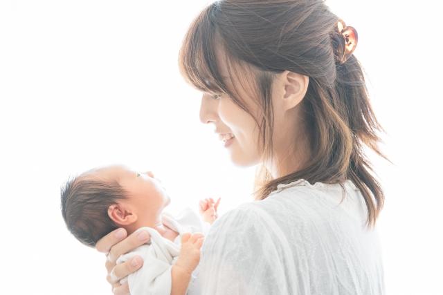 見つめ合う赤ちゃんとママの写真