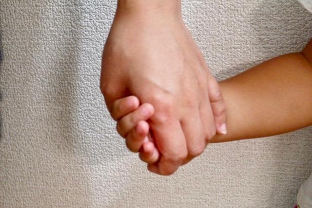 ママと子供の手